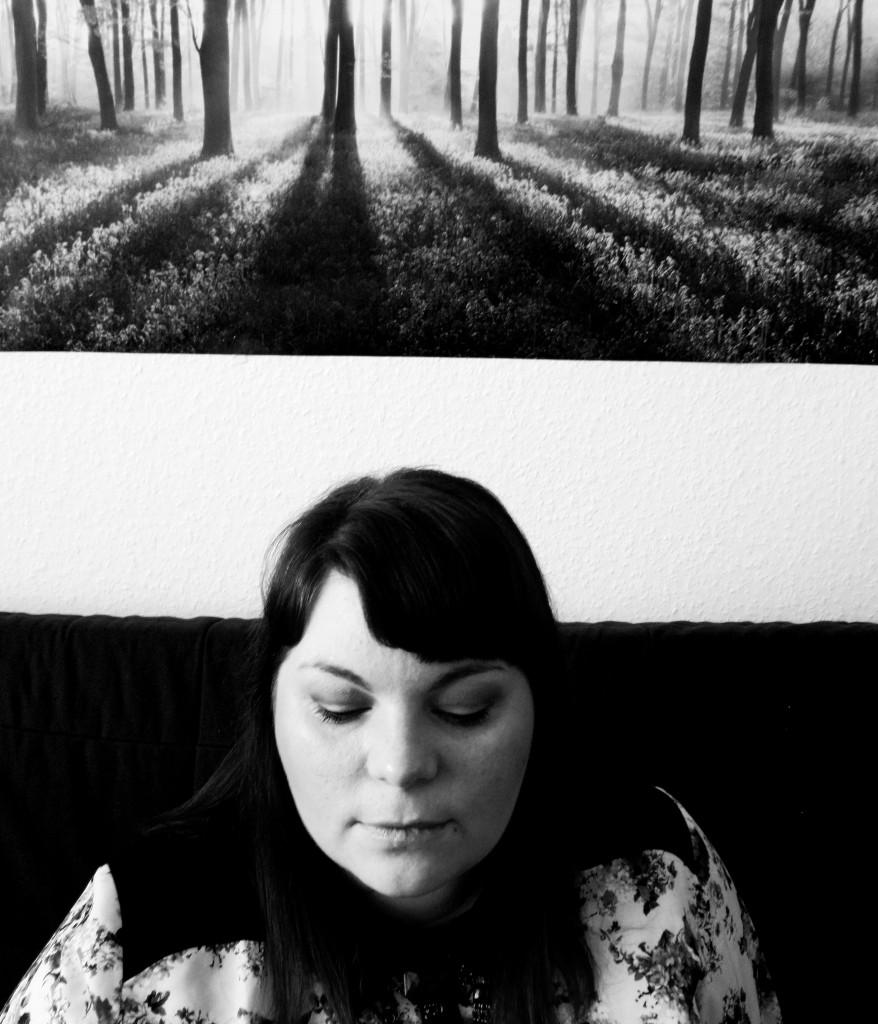 Portrait Blümchenbluse Schwarz-weiß