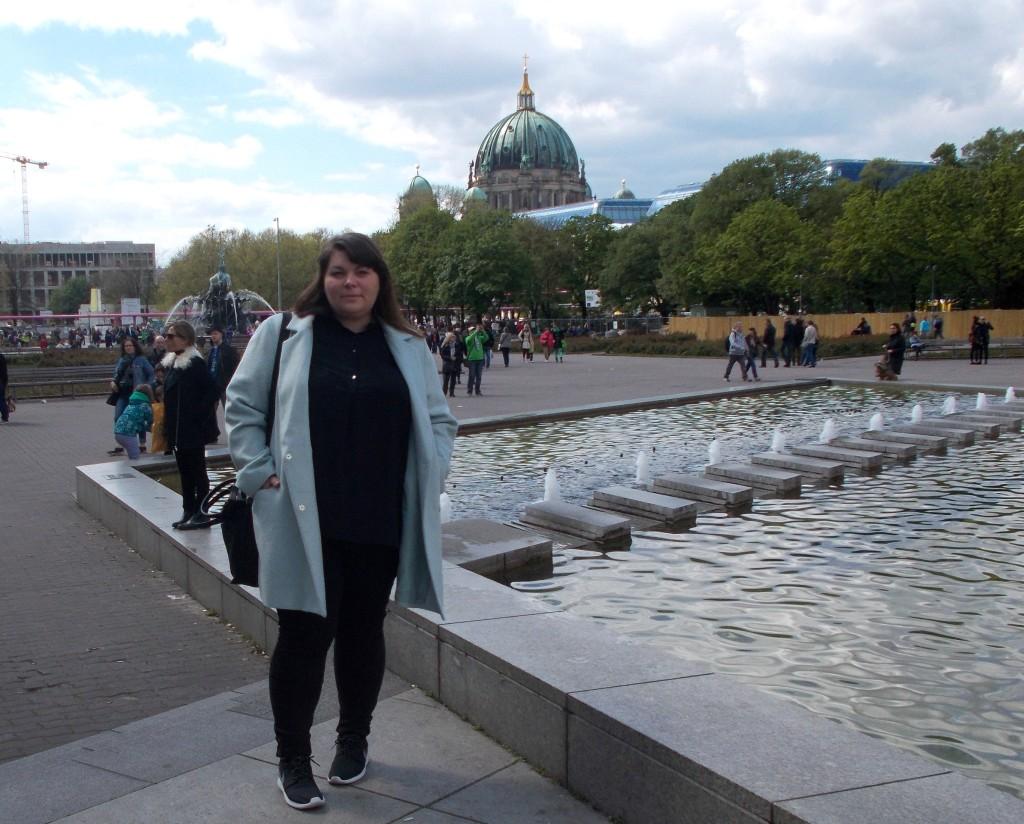 Katrin vorm Berliner Dom