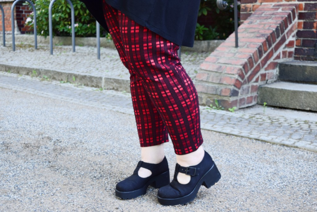 rote Karohose und Plateaupumps in Plus Size
