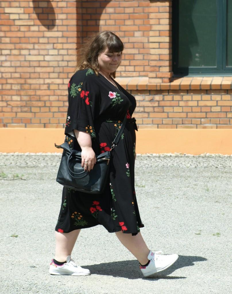 Plus Size Kimonokleid in Schwarz mit Blumen