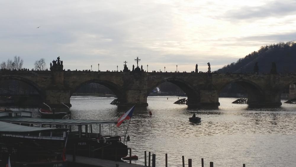 Karlsbücke in Prag in der Dämmerung