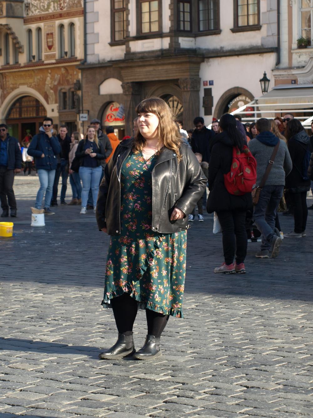 Plus Size Outfit: Blumenkleid und Lederjacke