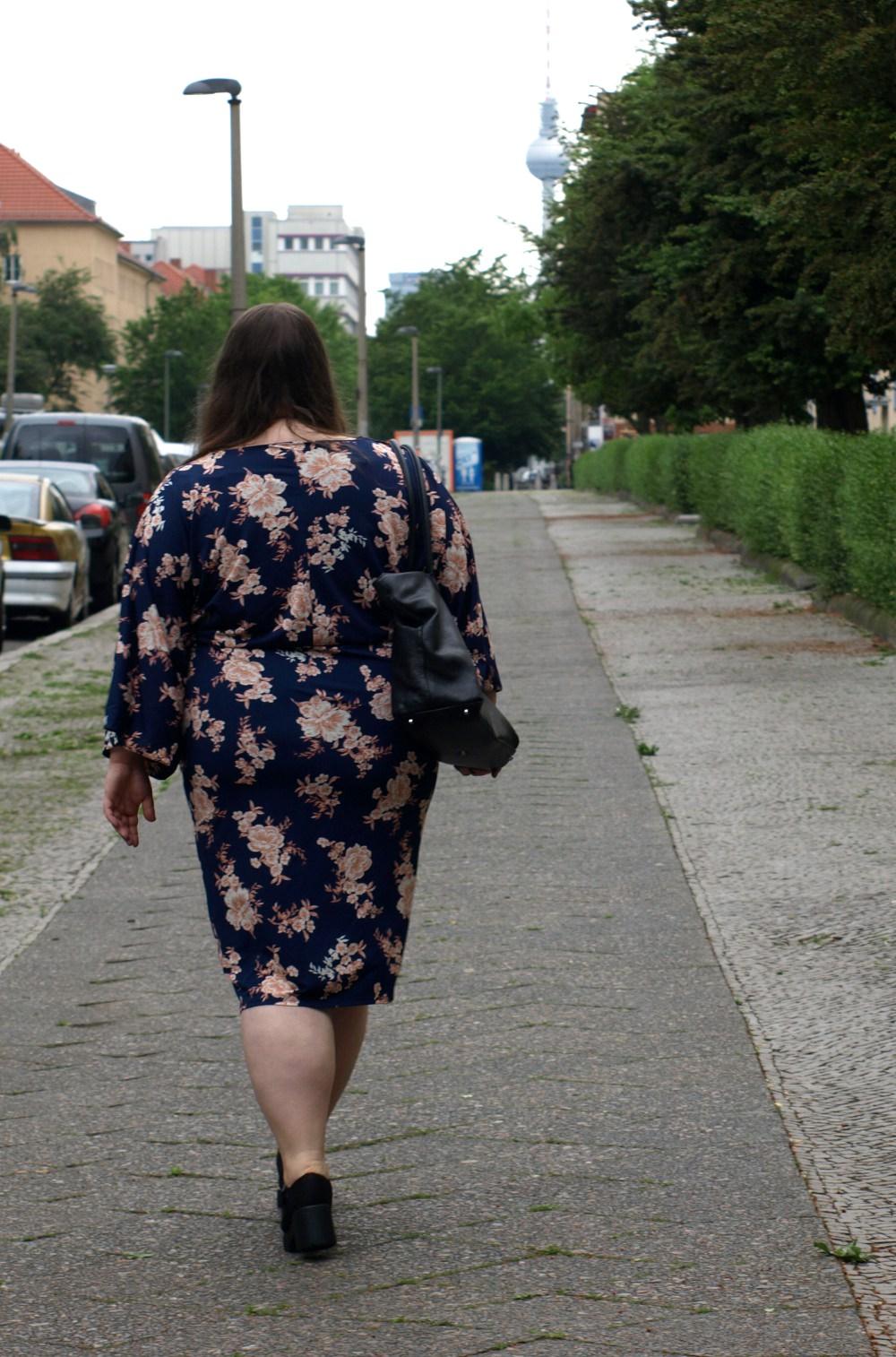 Katrinski in blauem Plus Size Kimonokleid mit Blumen