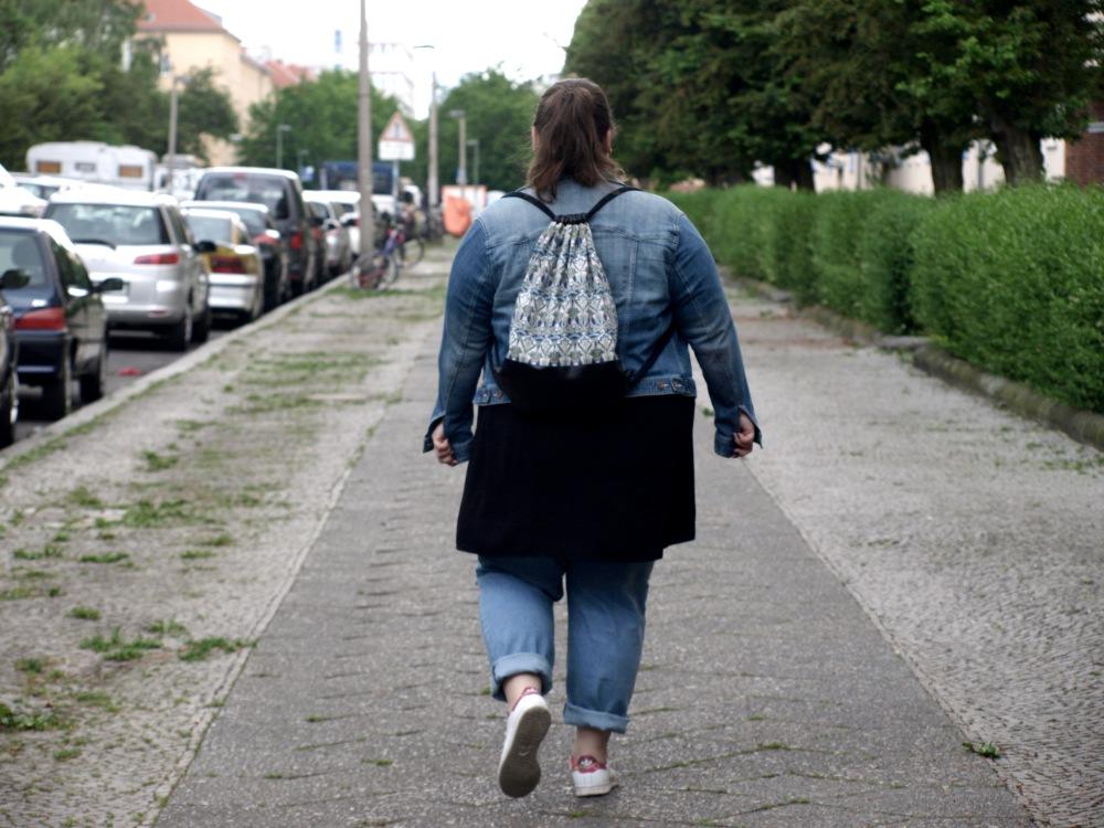 Plus Size Jeansoutfit von hinten
