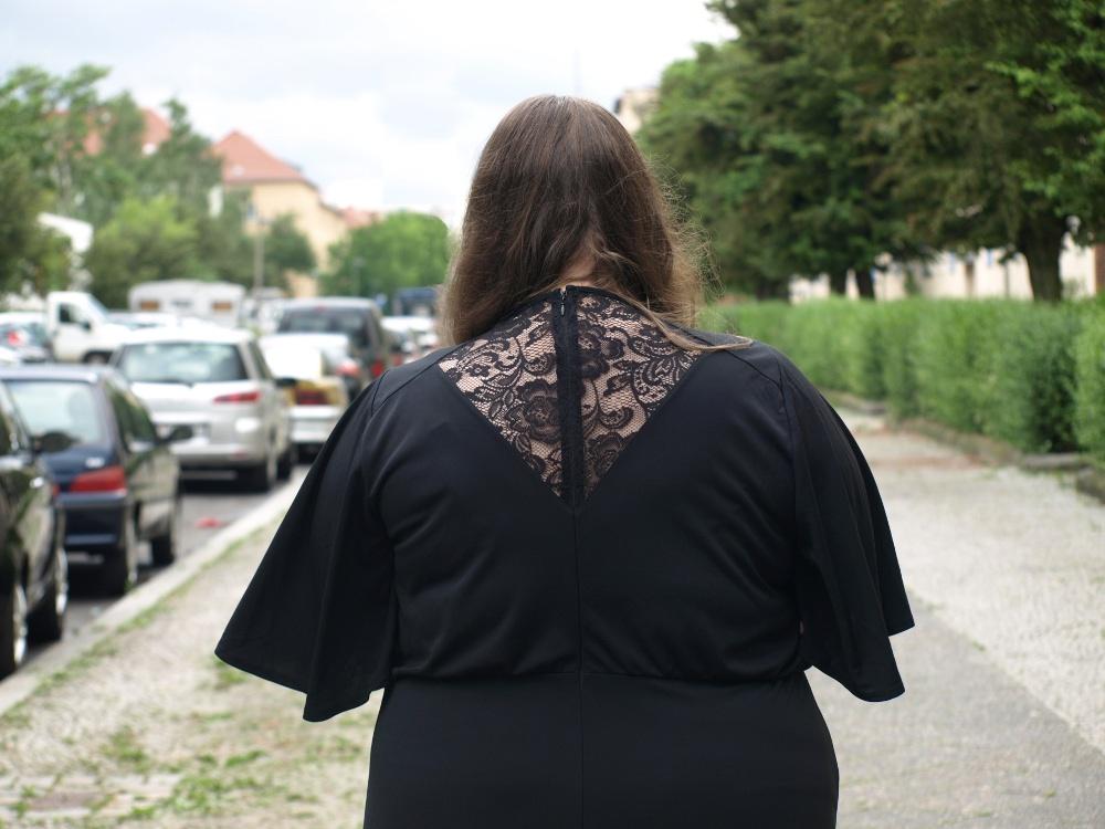 Spitzendetail im Rücken eines schwarzen Maxikleids