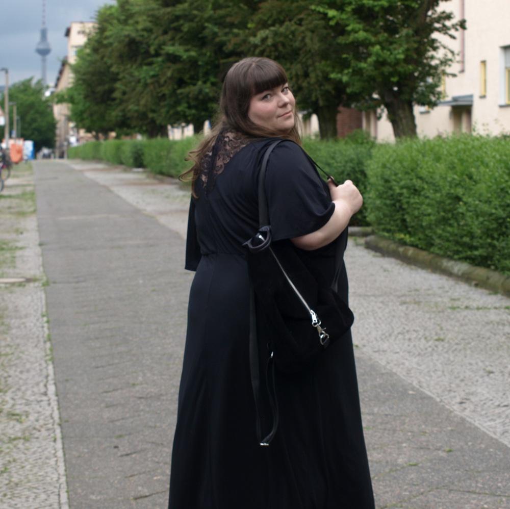 Schwarzes Maxikleid mit Spitze in Plus Size
